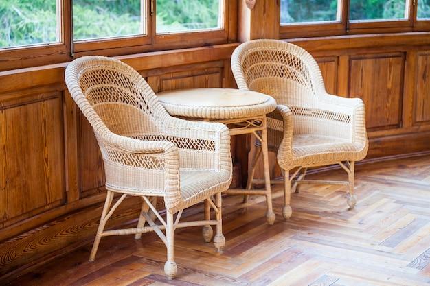 Este par de cadeiras de vime italianas com mesa fazem parte do mobiliário original (1910-1920) de uma villa semi-abandonada propriedade de uma família nobiliar hoje extinta.