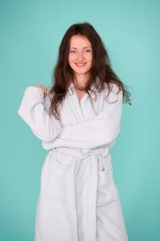 Este roupão combina com sua beleza natural. mulher sensual após tratamento de beleza e terapia de bem-estar. bela jovem vestindo roupão no salão de beleza. terapia de beleza para todo o corpo.