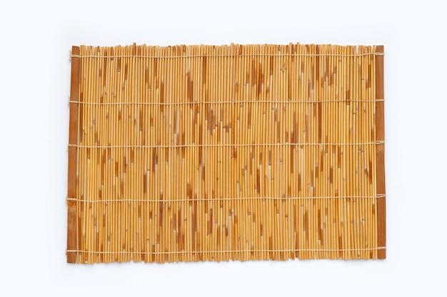 Esteira de bambu em fundo branco.