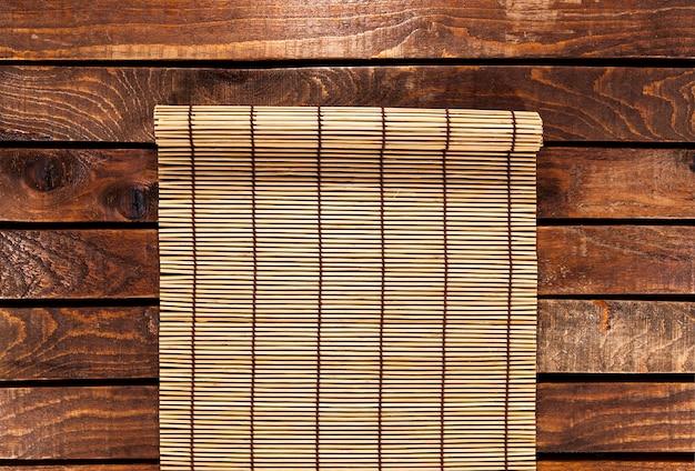 Esteira de bambu na mesa de madeira