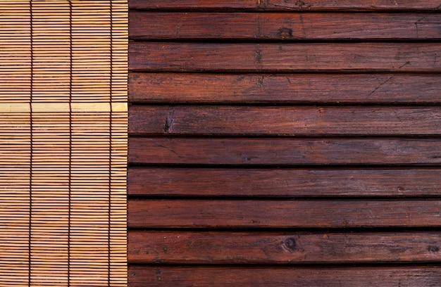 Esteira de bambu para sushi em fundo de madeira. vista superior com espaço de cópia