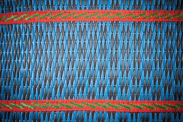 Esteira de palha de bambu colado um fundo.