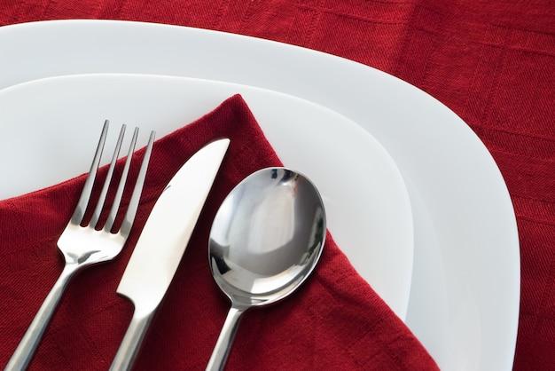 Esteira de prato com garfo e faca