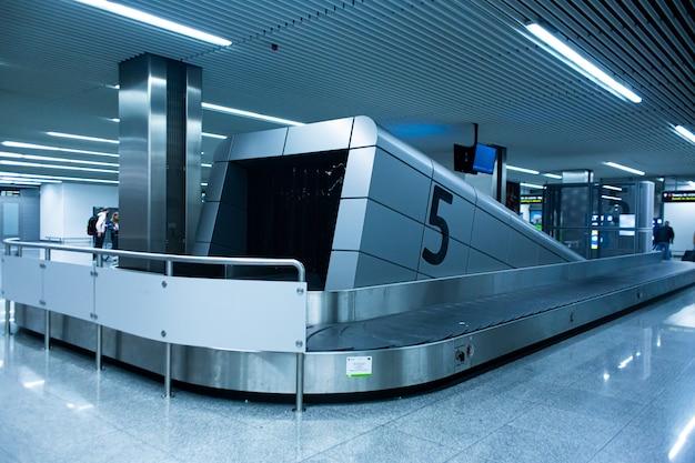 Esteira transportadora de bagagem no interior do aeroporto