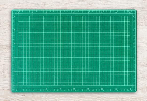 Esteira verde do corte no fundo de madeira da textura.