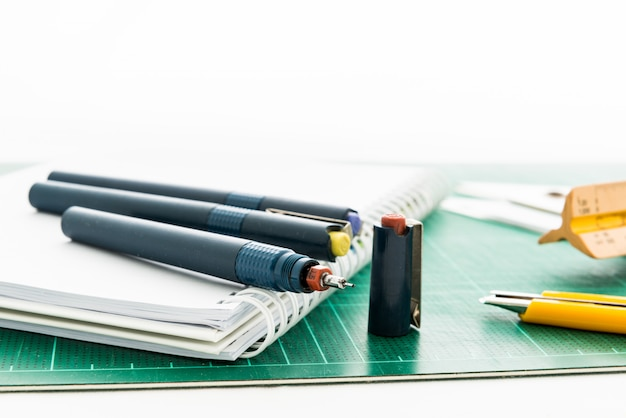Esteiras de corte, desenhos de caneta, ajustar a ferramenta de ângulo, régua de escala, cortador no fundo branco