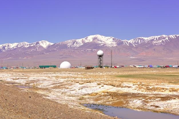 Estepe de chui nas antenas de radar das montanhas altai na orla da vila de koshagach