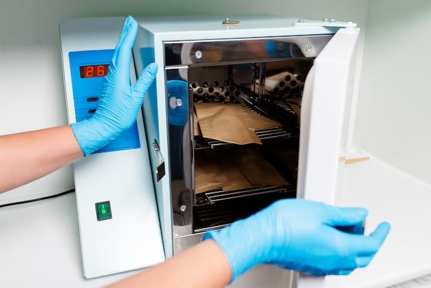 Esterilização de instrumentos médicos em autoclave. clínica dentária