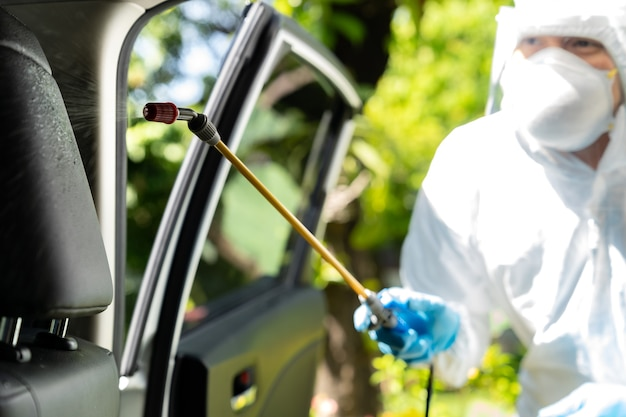 Esterilização e desinfecção de veículos por equipe médica