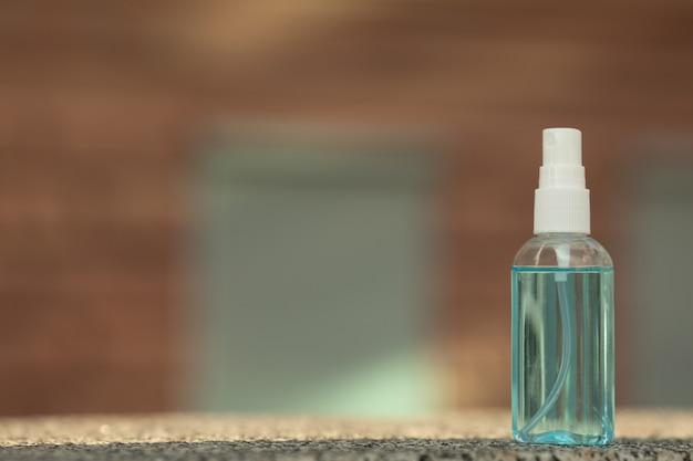 Esterilizador de mãos com coronavirus para lavar as mãos para prevenção do vírus da gripe. desinfetante antimicrobiano à base de álcool, produtos de saúde e fundo desfocado em casa.