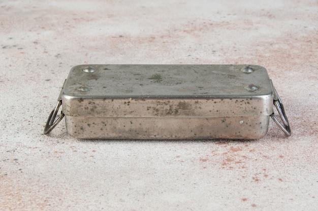Esterilizador de seringa de bronze soviético velho no concreto