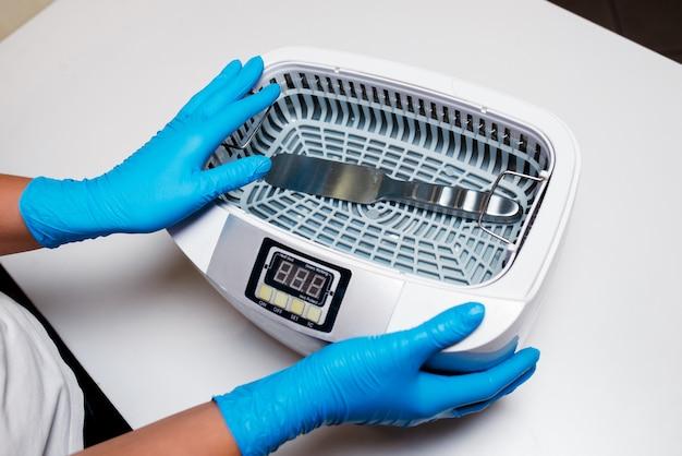 Esterilizador para desinfecção de ferramentas em medicina e salões de beleza.