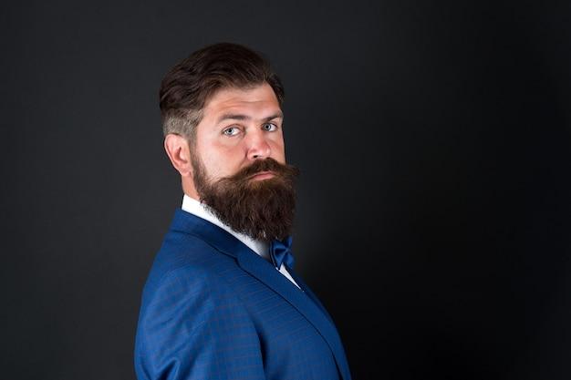 Estética masculina. poucos truques de preparação ajudam a alcançar uma ótima aparência, em qualquer ocasião. barba de homem bem cuidada no terno. moda masculina e estética. roupa formal de empresário. estética de estilo clássico.