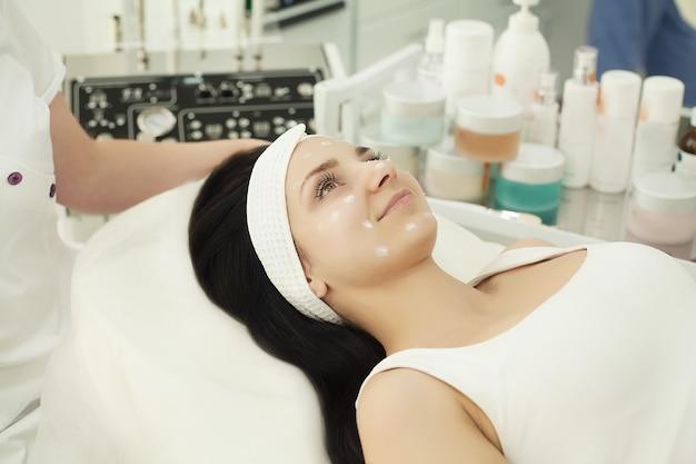 Esteticista aplicando pó cosmético branco