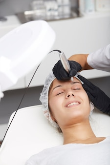 Esteticista aplicar maquiagem permanente nas sobrancelhas