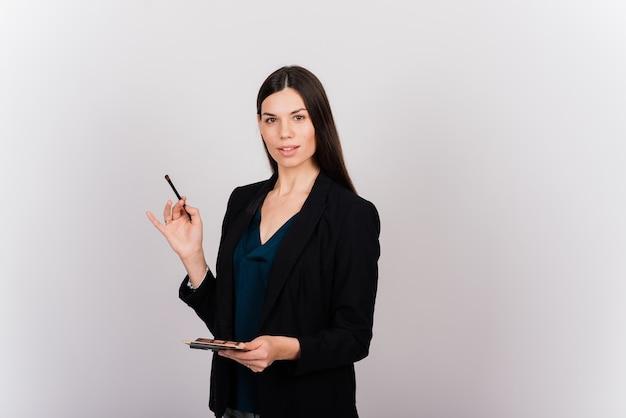 Esteticista cosmetologista segurando uma ferramenta nas mãos, mestre em maquiagem definitiva, maquiagem definitiva, caneta de tatuagem, close-up