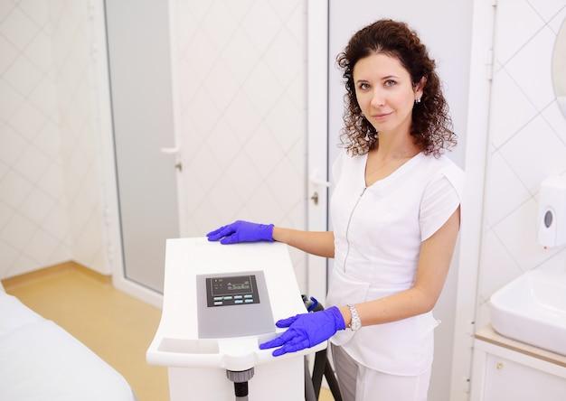 Esteticista de mulher perto do aparelho para crioterapia