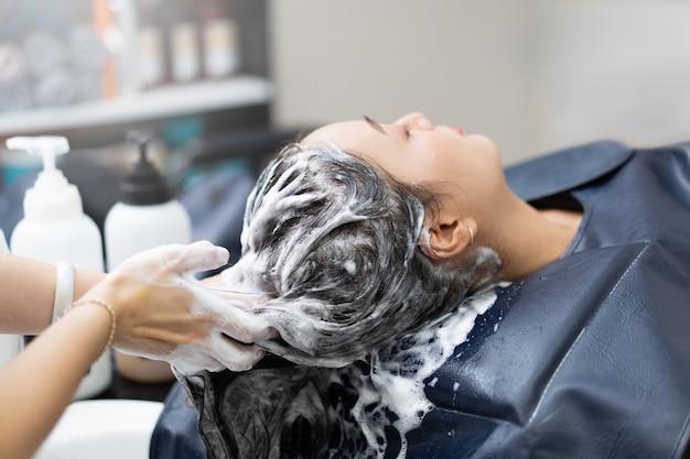 Esteticista está lavando o cabelo