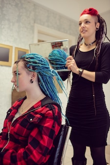 Esteticista estilizando o cabelo de clientes