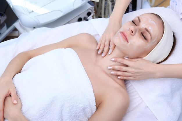 Esteticista faz limpeza, esfoliação, massagem em salão de beleza.