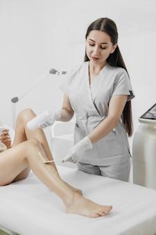 Esteticista faz uma depilação a laser e procedimento de cosmetologia