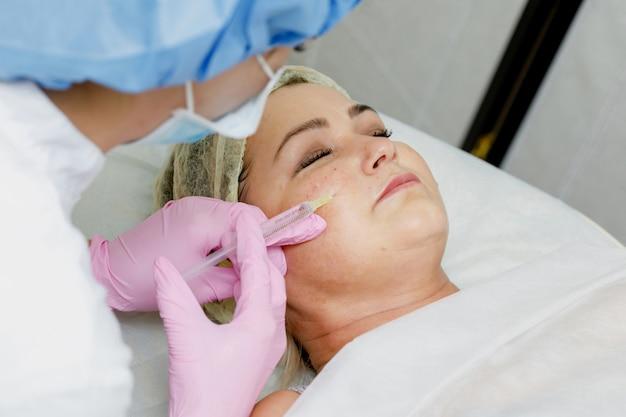 Esteticista fazendo injeção facial