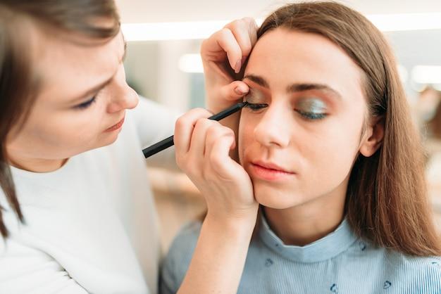 Esteticista profissional trabalha com sobrancelhas femininas