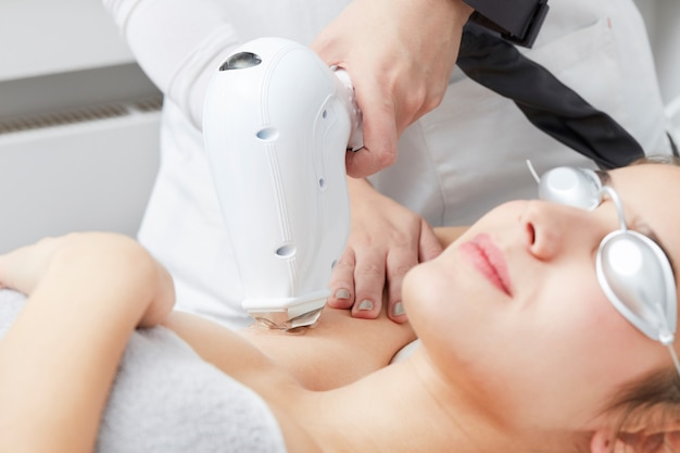 Esteticista, removendo, cabelo, de, mulher jovem, com, laser