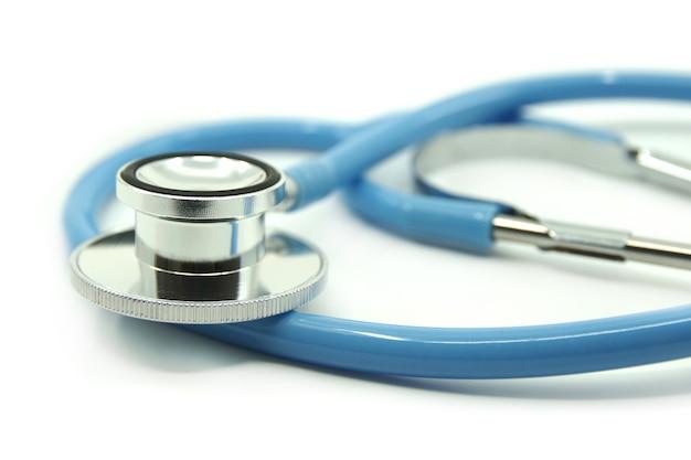 Estetoscópio azul sobre fundo branco dispositivos médicos para tratamento conceito de saúde