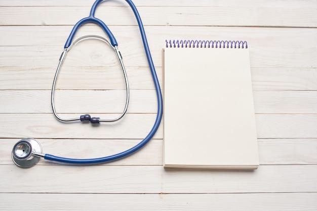 Estetoscópio com bloco de notas hospital de cuidados de saúde