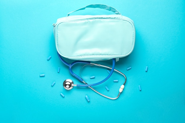 Estetoscópio com bolsa e comprimidos na cor