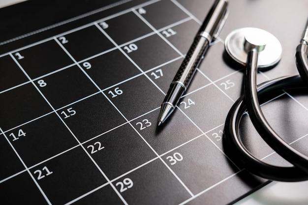 Estetoscópio com calendário, consulta médica e conceito de verificação anual