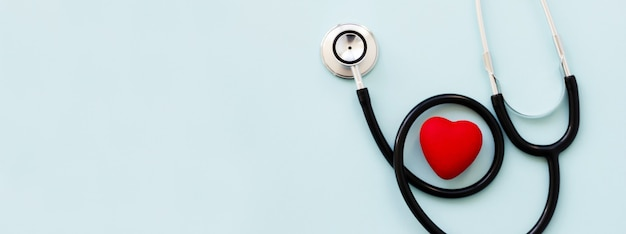 Estetoscópio com coração vermelho e espaço de cópia