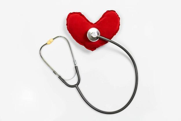 Estetoscópio com coração vermelho sobre fundo branco