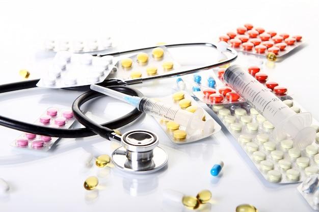 Estetoscópio com diferentes produtos farmacêuticos