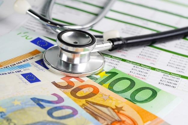 Estetoscópio com euro bankontes em papel spreedsheet