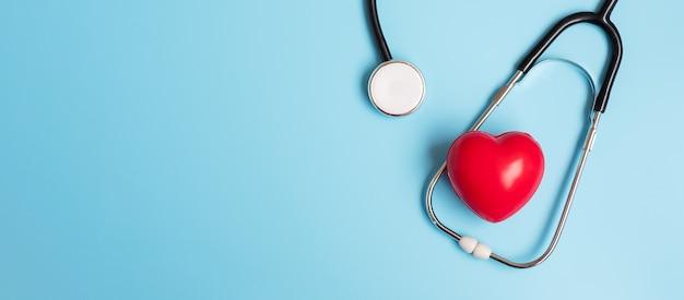 Estetoscópio com formato de coração vermelho