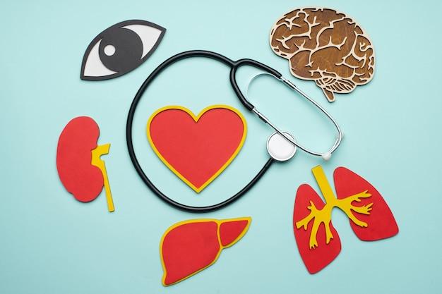 Estetoscópio com olhos, cérebro, pulmões, coração, rins e fígado