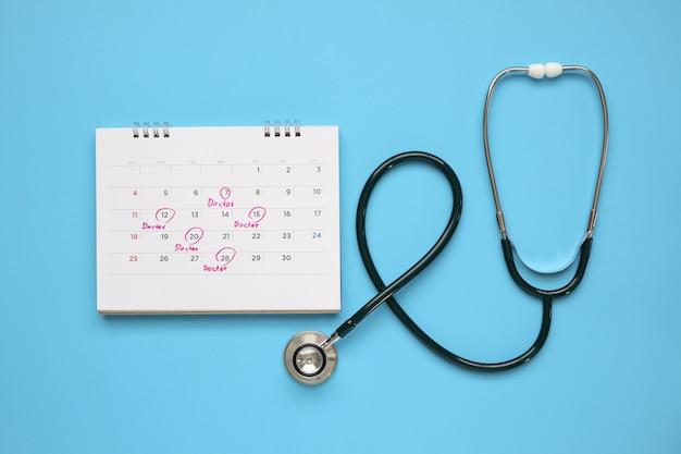 Estetoscópio com página de calendário