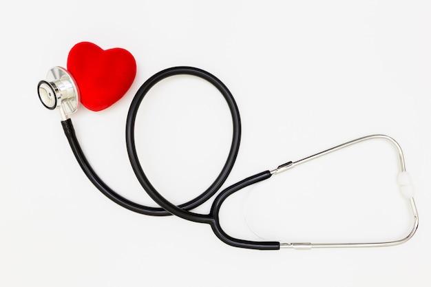 Estetoscópio, coração vermelho e estetoscópio isolado no fundo branco,
