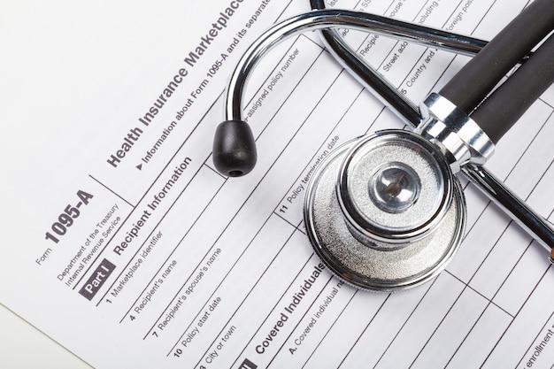 Estetoscópio de closeup no documento médico