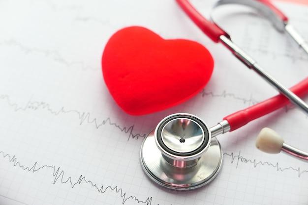Estetoscópio de foco seletivo e coração em um diagrama cardiovascular