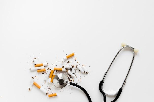 Estetoscópio de vista superior com cigarros