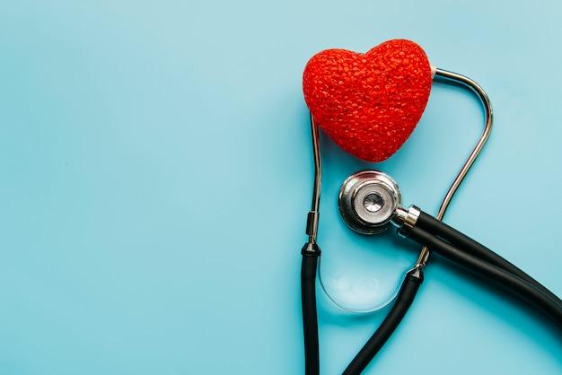 Estetoscópio de vista superior com coração