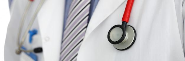 Estetoscópio deitado no peito de médico terapeuta masculino