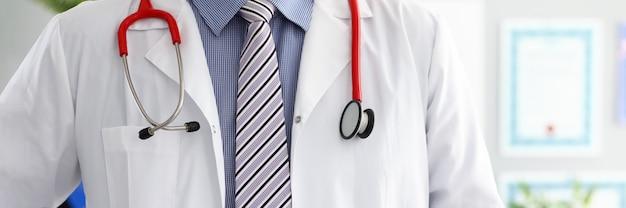 Estetoscópio, deitado no peito médico masculino no escritório. medicina loja física e paciente prevenção de doenças er consultor corpo 911 profissão medida de pulso estilo de vida saudável conceito