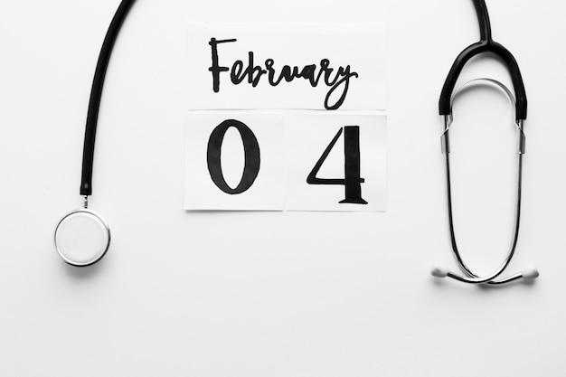 Estetoscópio e 4 de fevereiro escrevendo
