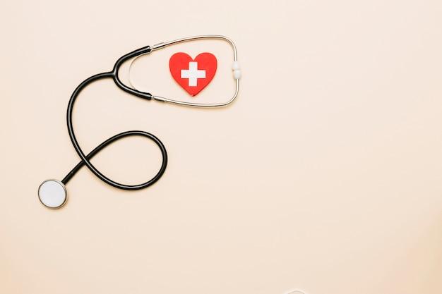 Estetoscópio e coração com cruz