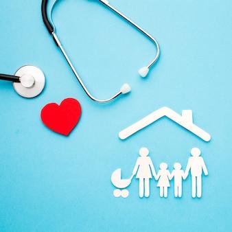 Estetoscópio e coração com papel cortado família