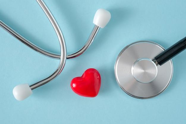 Estetoscópio e coração em fundo azul